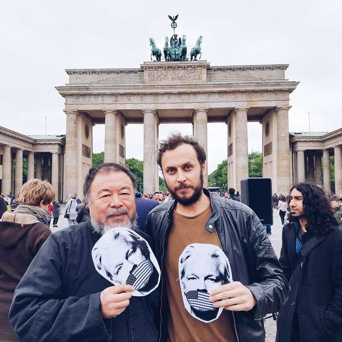 Autor textu spolu sčínským disidentem AjWej Wejem naberínské demonstraci zasvobodu pro Juliana Assange. Foto DiEM 25