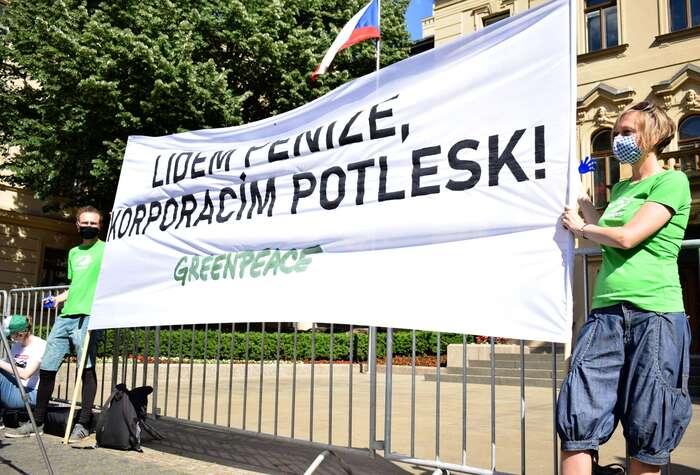"""""""Stát byneměl dávat speciální podmínky velkým korporacím ajejich vlastníkům, často registrovaným vdaňových rájích,"""" přišli říct Greenpeace vládě. Foto Jan Kašpárek, DR"""