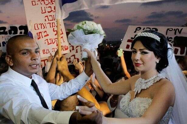 Izrael neumožňuje legální sňatky mezi lidmi různých náboženských denominací. Když siŽidovka Maral Malka chtěl vzít izraelského Araba Mahmúda Mansúra, musela nejprve konvertovat kislámu. Pár posléze musel požádat opolicejní ochranu. Repro DR