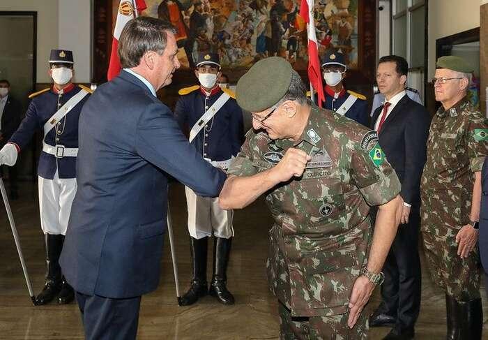 Brazilský prezident Bolsonaro serád vystavuje vpřítomnosti armády, adokonce senechal slyšet, že bymu nevadil vojenský puč. Foto Marcos Corrêa, flickr