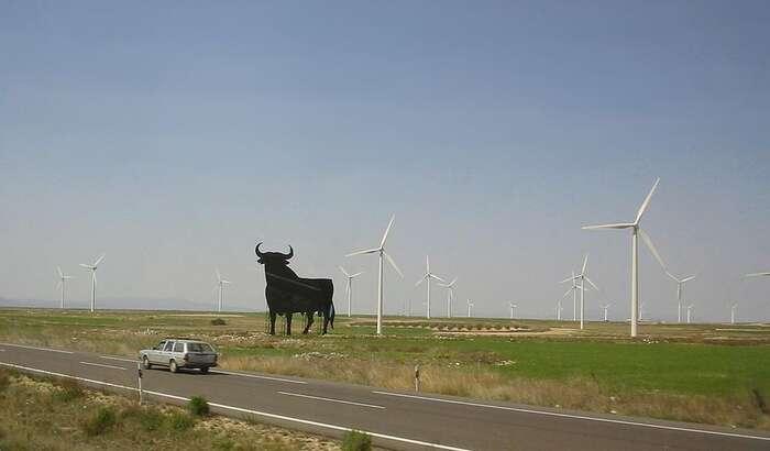 Španělsko produkuje již dnes zobnovitelných zdrojů bezmála polovinu veškeré spotřeby elektrické energie. Největší díl pochází zvětrných elektráren. Foto Cgoodwin, WmC.