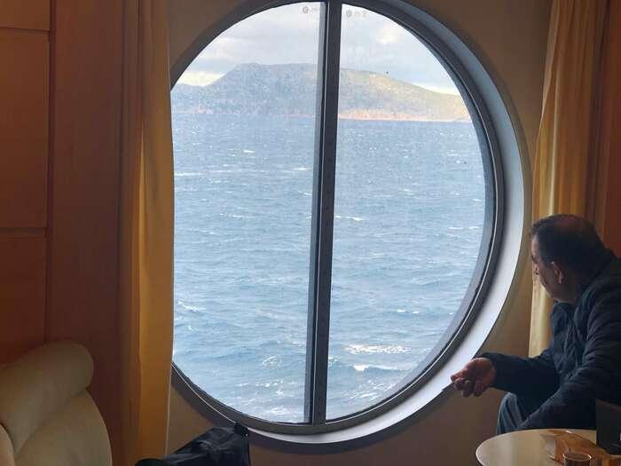 Cestou naostrovy. ZAthén plavba trvá dvanáct hodin. Turecké pobřeží, odkud uprchlíci připlouvají, jenadohled. Foto Michal Pavlásek