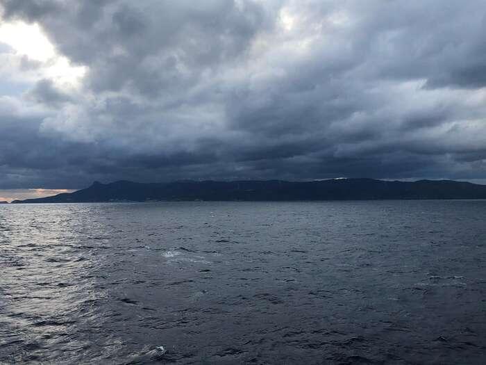 Ostrov Lesbos, kde senachází nechvalně proslulý hotspot Moria. Externí hranice EUleží mezi řeckými ostrovy atureckým pobřežím. Foto Michal Pavlásek