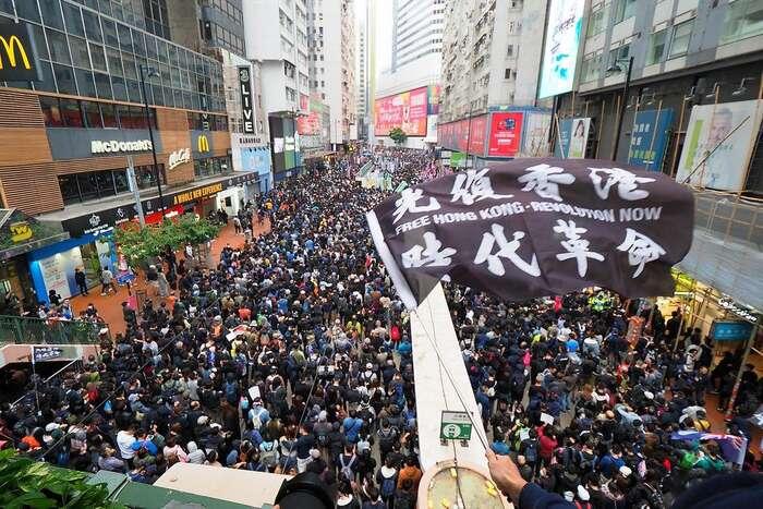 Hongkongské protesty zpočátku letošního roku: zákon připravovaný vČíně má být nástrojem jak demonstrace potlačovat přímou cestou. Flickr Etan Liam