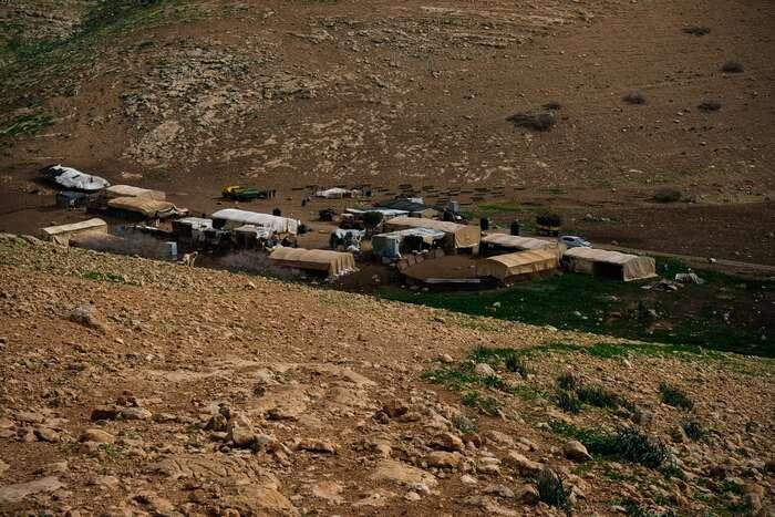 Na území žijí beduínské komunity, převážně pastýři. Také jejich skromné příbytky čelí demolicím. Lucie Šarkadyová