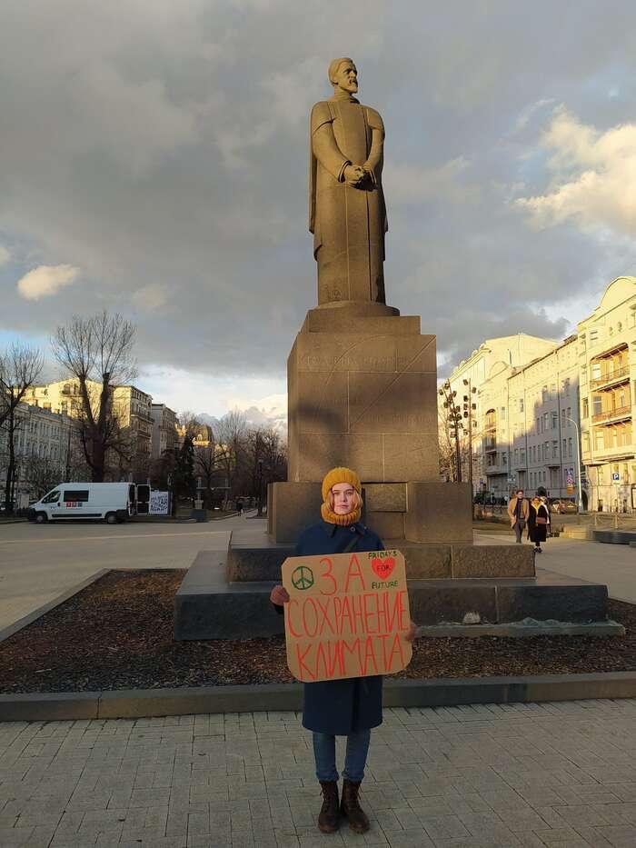 Protože společné demonstrace ruské úřady zpravidla odmítají povolovat, zůstává pro tamní obyvatele často jednou zmála možností, jak seozvat, osamělý protest sručně vyrobeným piketem. Foto: Twitter Aršaka Makičjana.