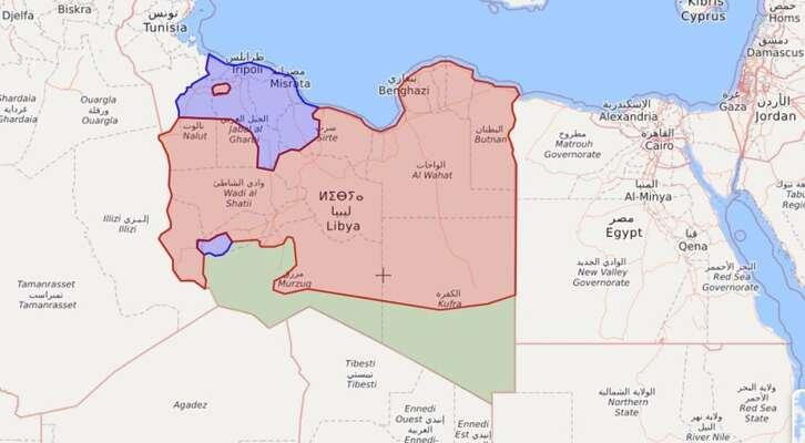 Rozsah oblastí kontrolovaných vládou (modrou), Haftarem (červenou) apouštními kmeny (zelenou). Většina měst jevLibyi při pobřeží anaseverozápadě, centrální oblast (zde Haftarova) jepustá atakřka neosídlená. Repro livemap, DR