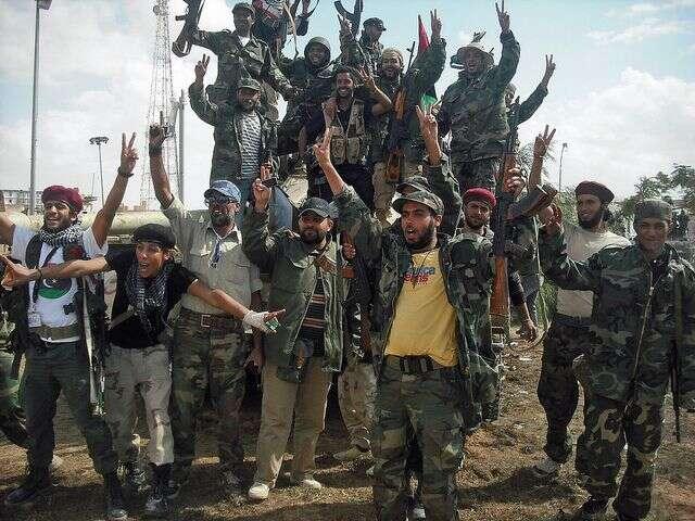 Podobě jako zaválky proti Kaddáfímu tvoří idnes většinu bojovníků příslušníci městských aklanových milic. Foto NAOC