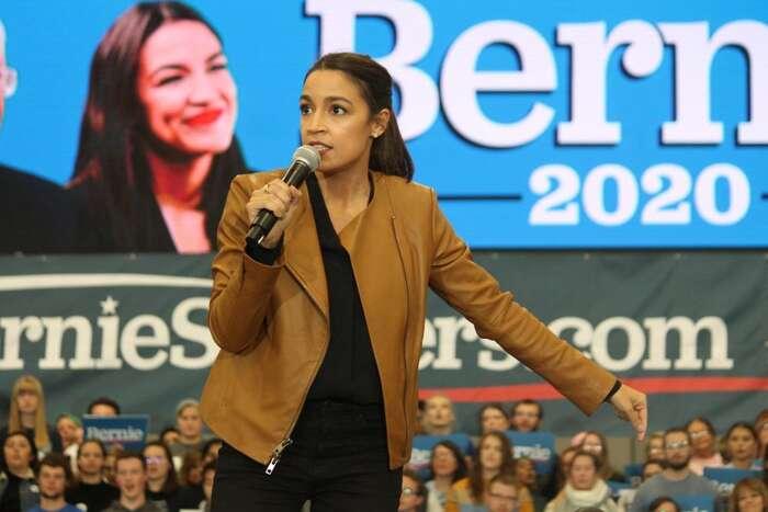 Jednu zšesti pracovních skupin — konkrétně klimatickou — vedla zasandersovce poslankyně Alexandria Ocasiová-Cortezová, jedna znejvýznamnějších představitelek současné americké levice. Foto Matt Johnson, flickr.com