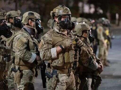 Neoznačení strážci pořádku zWashingtonu vmaskáčích nic nezdůvodňují, skoro nemluví. Působí jako čety naprogramovaných robotů. Foto archiv SJ