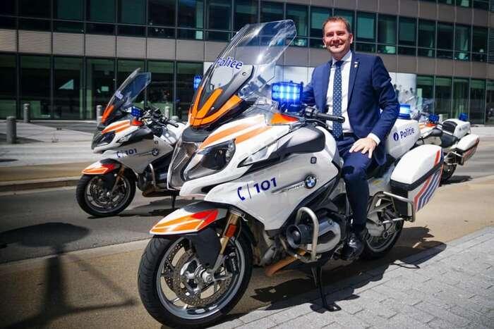 Slovenský premiér Matovič sipři poslední služební cestě splnil sen nejednoho kluka -- posadit sena opravdovou policajtskou motorku. Foto FBI. M.