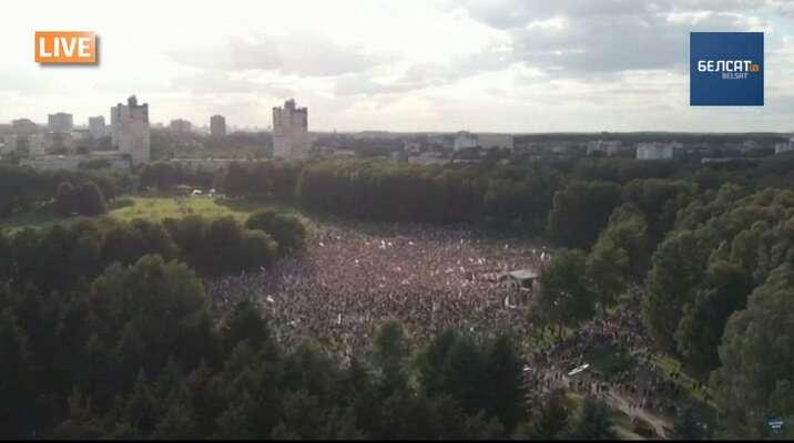 Záběr nashromážděný dav zptačí perspektivy. Repro zvideozáznamu