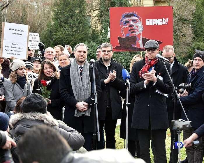 Napjaté česko-ruské vztahy seprojevují irovině bojů osymboly, jakým bylo kupříkladu pojmenování pražského náměstí podle zavřažděného ruského opozičního politika Borise Němcova. Foto WmC