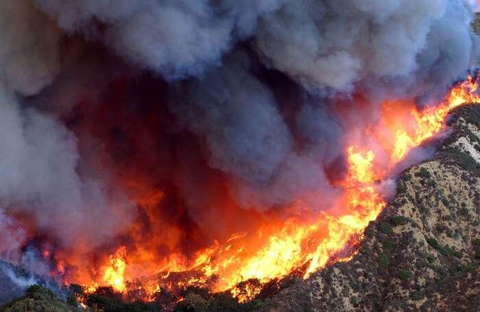 Lesní požáry jsou vKalifornii přirozeným jevem. Odsedmdesátých let ale kvůli stále horším suchům avedrům výrazně roste jejich mohutnost, spálené plochy, ipočty obětí. Letošní sezona může překonat idoposud rekordní rok 2018. Foto Dennis W. Goff, U.S. Air Force