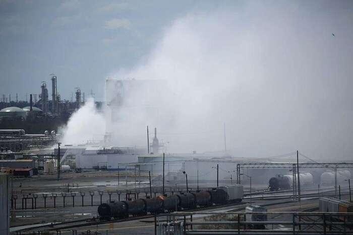 Bývalý prezident Obama prosadil naamerické poměry přísné ekologické regulace nachemický apetrochemický průmysl. Donald Trump jeovšem zrušil. Foto Twitter Marcos AOrellana