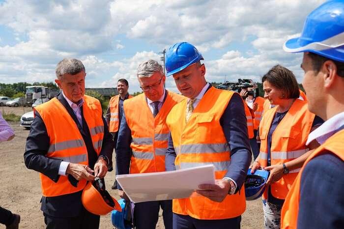 Předseda vlády sesvým dvojnásobným ministrem staví dálnice. Věřme, že jim topůjde lépe než Danu Ťokovi. Foto FBAndrej Babiš