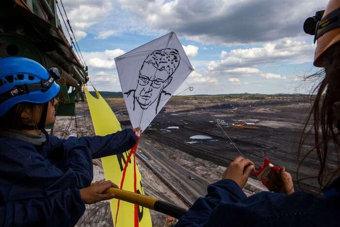 Greenpeace narypadle pouštěli draky sobličeji ministrů Havlíčka aBrabce, aby sispoušť, zajejíž prodlužování nesou odpovědnost, mohli prohlédnout. Foto Greenpeace