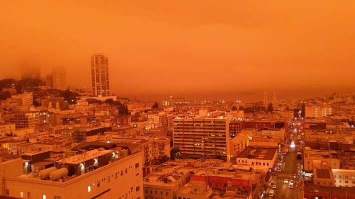 San Francisco 9. září 2020 odpoledne. Kouř zrekordních lesních požárů zbarvil oblohu dooranžova. Foto Zneha, Twitter.