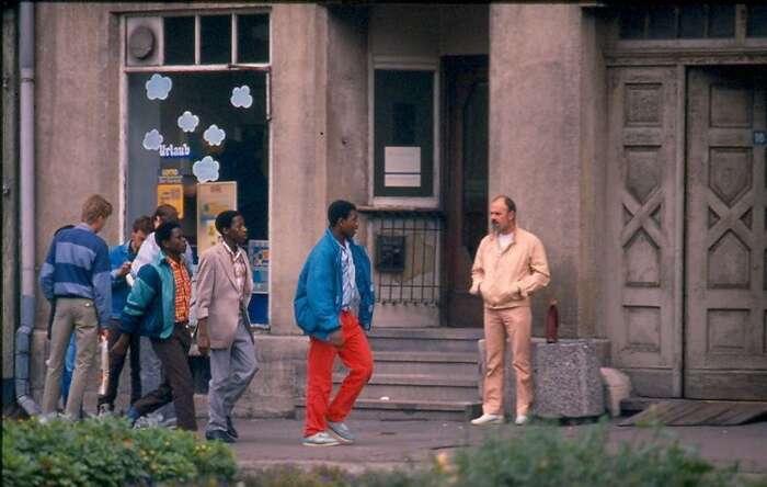 Angolští dělníci vdurynském Eisenachu vroce 1988. Posjednocení Německa sebrutální útoky neonacistů navýchodě Německa staly načas účinnou taktikou. Dnes jsou migranti pro východ země největší příležitostí kjeho oživení. Foto phillygdr, flickr.com