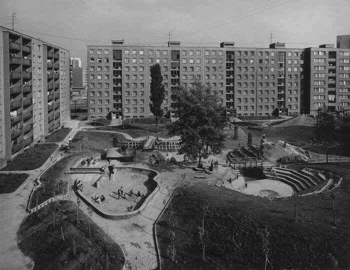 Gebauerova Minikrajina vznikla jako dětské hřiště naostravském sídlišti Fifejdy vletech 1977 až 1985. Foto Petr Sikula, Archiv AMO, Ostravskesochy.cz