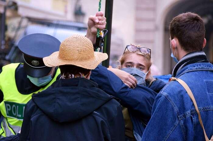 Připravenými policejními zátarasy úspěšně proniklo dvanáct lidí, většinu protestujících policisté odklonili dovedlejší ulice Tomášská. Foto Jan Kašpárek, DR