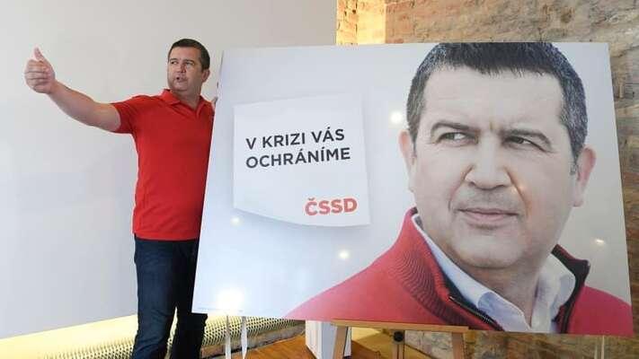 Právě vdobě, kdy odhaloval Jan Hamáček plakát sesebou samým, přestala ČSSD občany vkrizi chránit. Foto FBČSSD