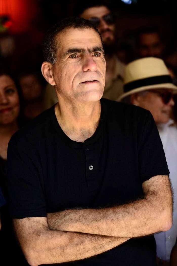 Mosi Raz jepolitikem, bývalým poslancem Knessetu zastranu Merec. Politicky působil také jako generální sekretář izraelské organizace Peace Now, která patří knejstarším anejvýznamnějším lidskoprávním organizacím vIzraeli aPalestině. Vedl také rozhlasovou stanici Kol Hašalom, která sesnaží zprostředkovat jak izraelský, tak palestinský pohled nasituaci vIzraeli aokupované Palestině. Vojenskou službu absolvoval navlastní žádost uparašutistů. Stal sevelitelem čety velitní jednotce Maglan apodnes jeuní veden jako major vzáloze. Foto FBMossi Raz