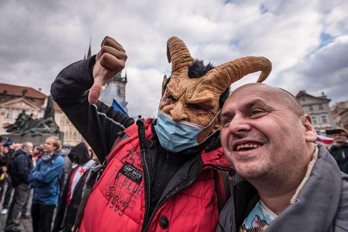 """""""Ať sechrání jen tizranitelní!"""" křičelo sena Staroměstském náměstí. Jenomže rouška nechrání svého nositele, nýbrž jeprojevem solidarity sdruhým. Foto Petr Zewlakk Vrabec"""