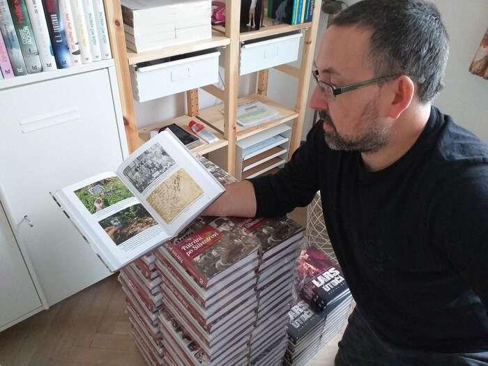 Nakladatel Tomáš Němec sprvními výtisky knihy. Foto Mystery Press