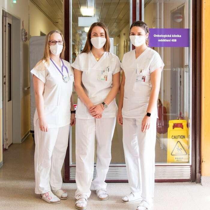 Studentky pomáhají přetíženému zdravotnictví i veFakultní nemocnici Olomouc. Ivmnohem klidnějších časech seopráci vezdravotnictví vpodstatě oficiálně mluví jako opovolání, kterému jepotřeba obětovat vše, nehledět načas, výdělek, rodinu ani vlastní zdraví. Podstavy jsou běžné, výdělky často směšné, opřesčasech ani nemluvě. Foto FNOL
