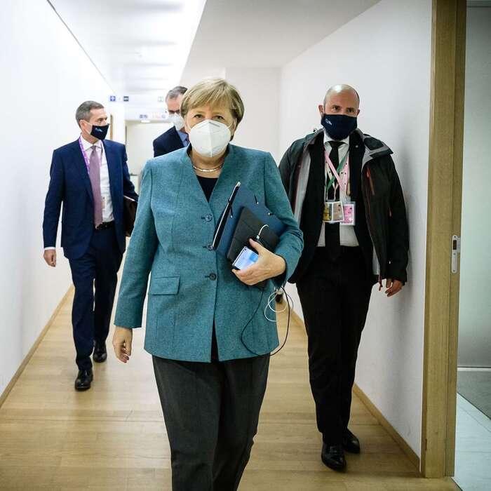 Není náhodou, že se— vostrém kontrastu snámi — komunikační strategii kancléřky ani vlády, přinejmenším cose tónu adikce týče, nevytýká vpodstatě nic. Foto Instagram Angela Merkelová