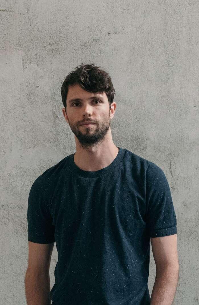 Tadeáš Říha pracuje jako architekt vLondýně iPraze. Jespoluautorem knihy Ocelová města, která kriticky nahlíží nafenomén logistických areálů. Foto Tonu Tunnel