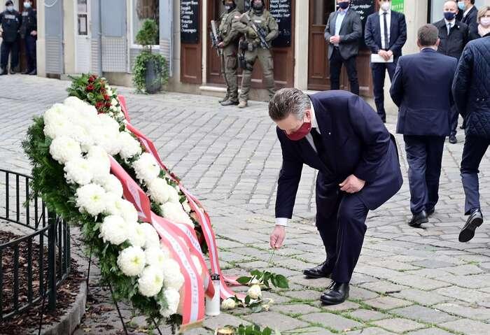 Vídeňský starosta Michael Ludwig sepřišel poklonit obětem teroristického útoku jen pár hodin poněm. Jeho první vzkaz spoluobčanům zněl: VeVídni jeteď naprvním místě mírumilovná soudržnost. Foto FBMichael Ludwig