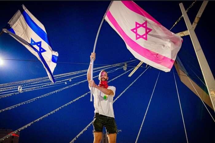 Symbolem protestů sepostupně stala také růžová barva, která pronikla i dopodoby státní vlajky. Foto FBThe Pink Flag ofIsrael