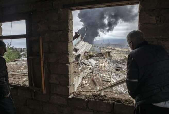 Během letošní války bylo poničeno iněkolik mimokarabašských měst. Dopadaly naně balistické střely adělostřelecké granáty. Foto Artsrun Hovhannisyan
