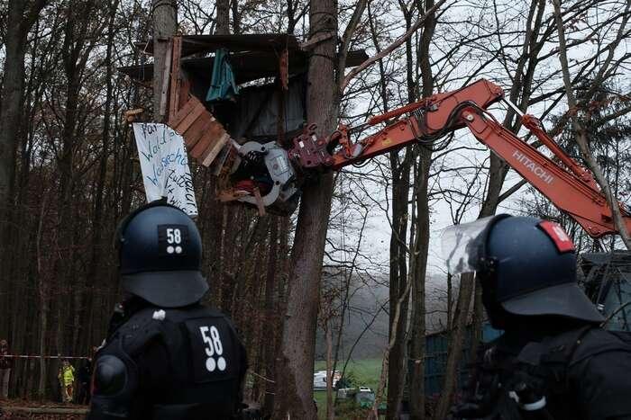 Ničení stromových obydlí vystavěných blokujícími aktivisty pod dozorem policie. Foto Twitter Dannenröder Waldbesetzung