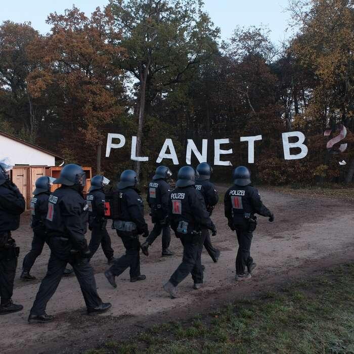Policejní odbory sezačaly stavět proti zásahu zobav zrizika šíření pandemie. Foto Twitter Dannenröder Waldbesetzung