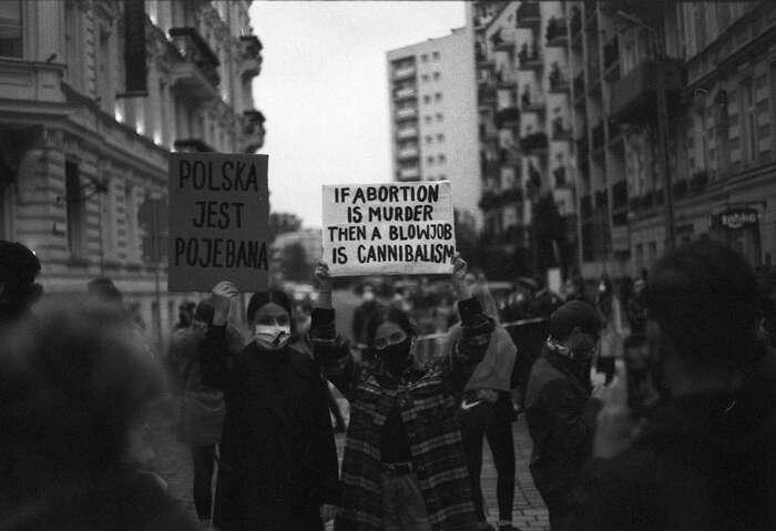 Radostně přímočará vulgárnost protestů, sníž mladé Polky aPoláci oznamují politikům icírkvi, že svobodu sisebrat nenechají, napovídá, jak moc sezdejší společnost zaposlední tři týdny změnila. Foto Bohdan Bobrowski, Flickr