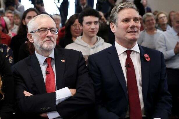 Současný předseda Labour Party Keir Starmer (vpravo) sesvým předchůdcem Jeremym Corbynem. Foto archiv LP