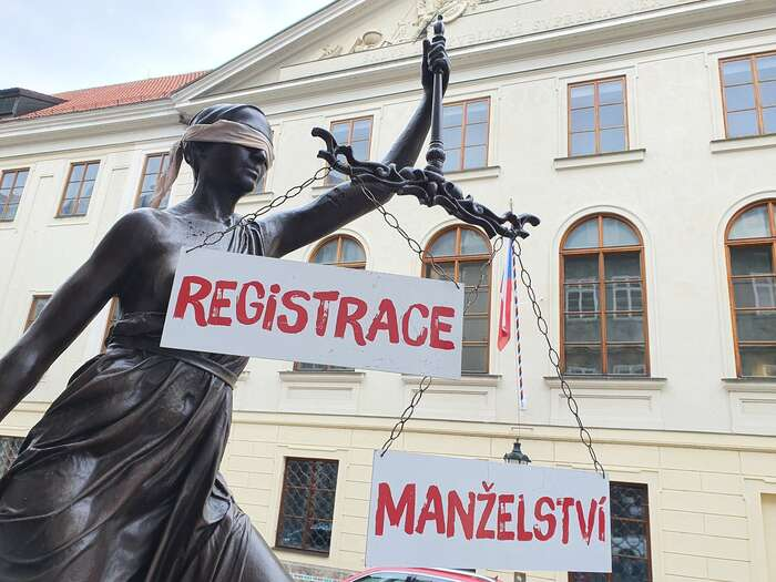 Návrh novely zákona omanželství pro všechny již leží dva apůl roku vPoslanecké sněmovně. Foto FBJsme fér