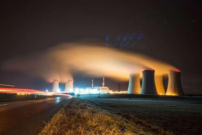 Je omyl zužovat rizika jaderné energie jen nabezpečnostní problém sčínskými či ruskými dodavateli. Ať už bynové reaktory stavěl kdokoliv, šlo byosociální aekonomickou pohromu. Foto Ivančice