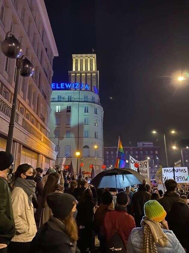 Stín blesku nabudově polské státní televize. Foto Kateřina Spejchalová