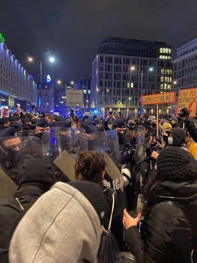 Policie blokuje východy známěstí. Foto Kateřina Spejchalová