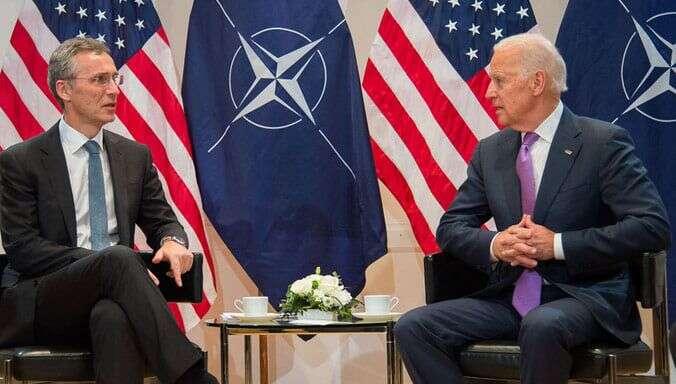 Není žádným tajemstvím, že NATO ašířeji transatlantické vztahy sepo příchodu Donalda Trumpa doBílého domu dostaly dokrize. Generální tajemník NATO Jens Stoltenberg gratuluje Joeu Bidenovi kezvolení prezidentem USA. Foto FBNATO