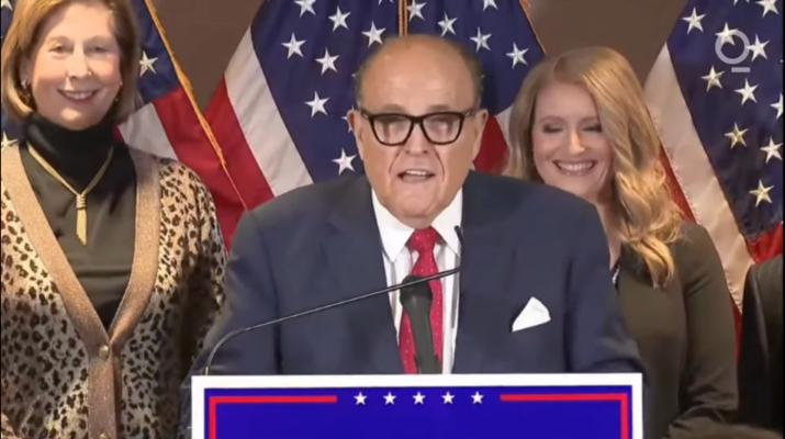 Trumpovu snahu zvrátit volby usoudů měli realizovat jeho oblíbení kampaníci-právníci: Rudy Giuliani, Jenny Ellisová (vpravo) aSidney Powellová. Repro ztelevizního vysílání