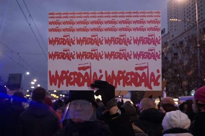 """Ten brýlatý třímá transparent, nakterém jemnohokrát červenou barvou napsaný jeho vzkaz vládním elitám: """"Wypierdalac!"""", tedy """"Jděte doprdele!"""" Foto Petra Dvořáková, DR"""