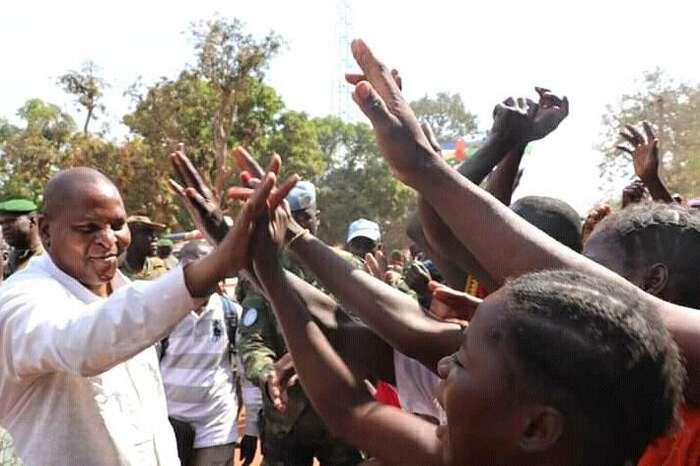 Po sobotním podpisu memoranda ospolupráci, seprotivládní rebelové vneděli vydali směrem khlavnímu městu Bangui. Vláda prezidenta Touadery (na snímku) požádala omezinárodní podporu Rusko aRwandu. Foto FBContre leTerrorisme enCentrafrique