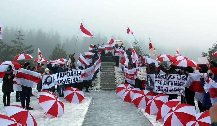 Odpůrci Lukašenkova režimu popředvánočním výstupu naDzjaržynskaju haru, nejvyšší místo Běloruska. Foto BelTeaNews