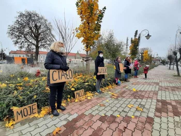 """Liberálové veVaršavě povolbách nasociálních sítích psali, že byse měla kolem Podkarpatí vybudovat zeď, že byse sem mělo hodit pár granátů. Heslo """"Moje tělo, moje volba"""" naprotestu vLubaczówě. Foto Marcin Piotrowski"""