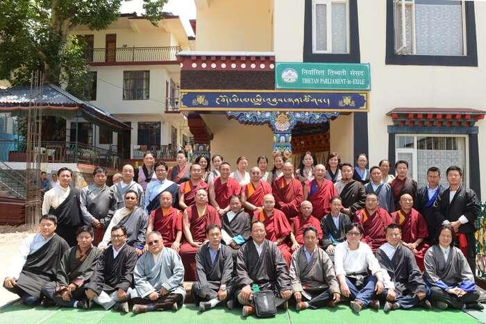 Tibetský exilový parlament má pětačtyřicetposlanců. Deset zastupuje provincie vevlastním Tibetu, deset tradiční náboženské školy azbytek velké exilové komunity různě posvětě. Foto Lobsang Wangyal, TS